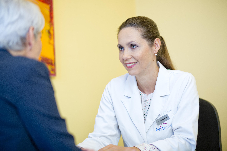 Dr. Zuzana Bauer von Aestomed während eines ärztlichen Beratungsgesprächs