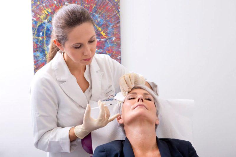 Dr. Zuzana Bauer bei der Behandlung von Mimikfalten mit Botox