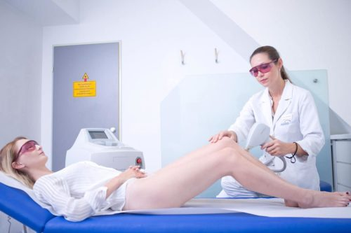 Haarentfernung an den Beinen einer Frau mit Laser im Aestomed Laserambulatorium Wien