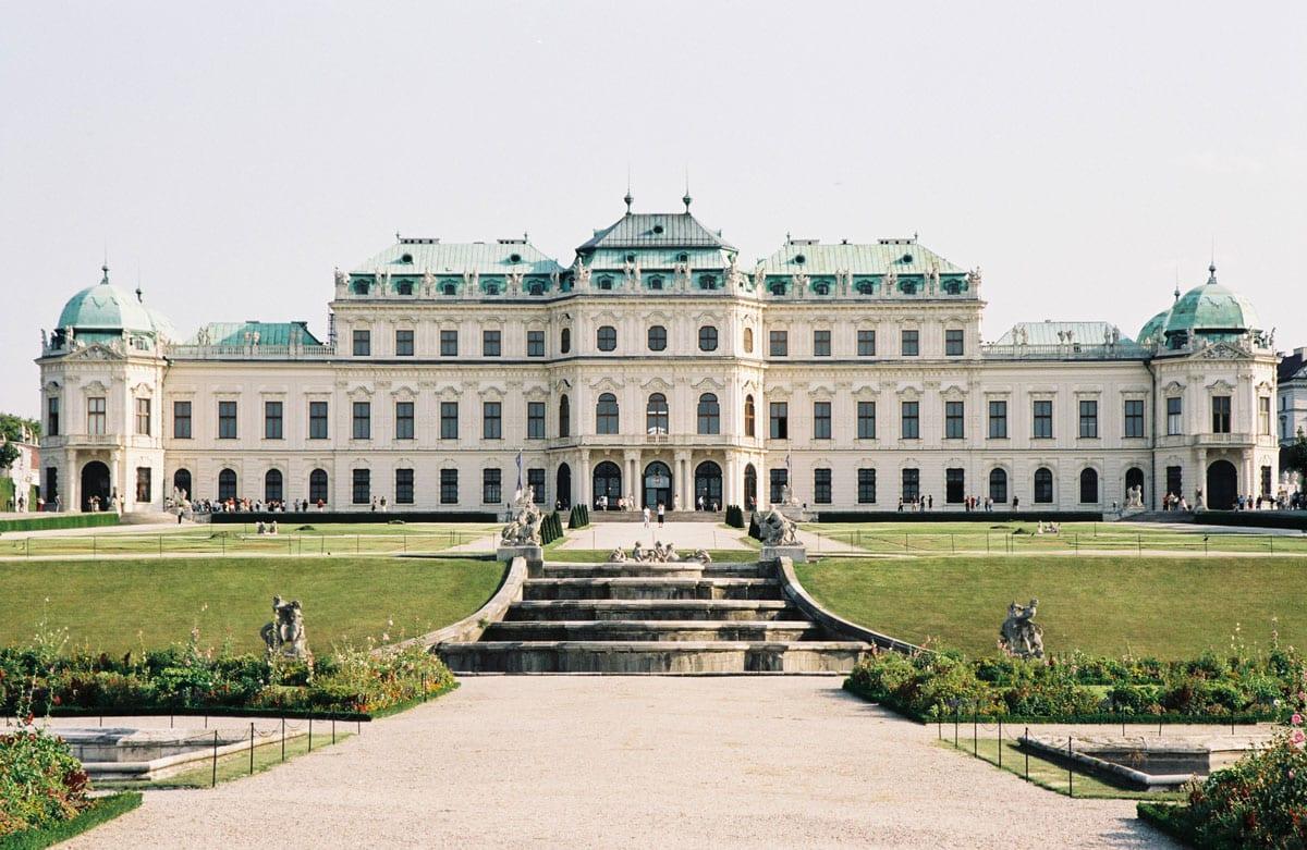 Von Aestomed aus hat man einen schönen Ausblick zum Schloss Belvedere