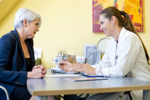 Ärztliches Beratungsgespräch einer Patientin mit Dr. Zuzana Bauer bei Aestomed Wien