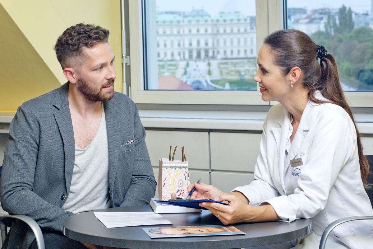 Beratungsgespräch zur dauerhaften Haarentfernung mit Laser an Brust & Bauch