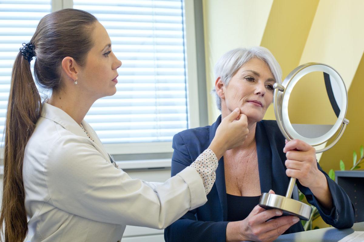 Untersuchung der Gesichtshaut durch Dr. Zuzana Bauer