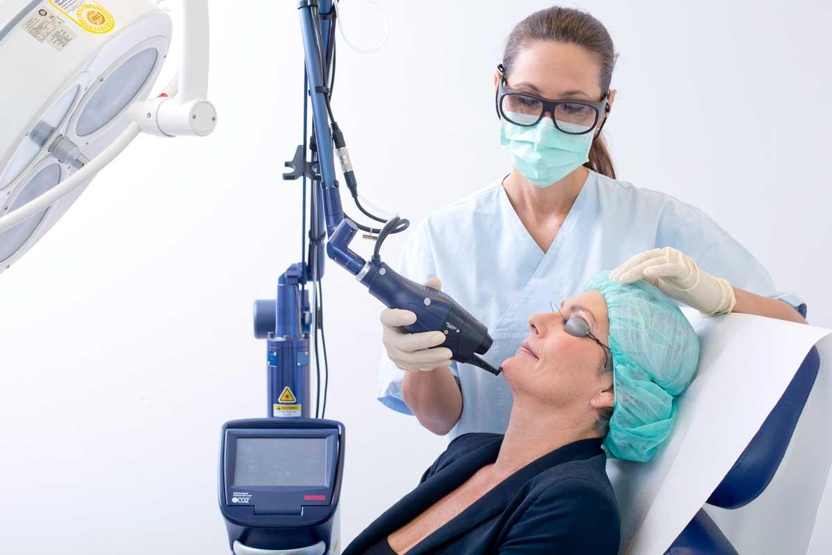 Faltenbehandlung mit Laser im Gesicht einer Frau durch Dr. Bauer bei Aestomed Wien