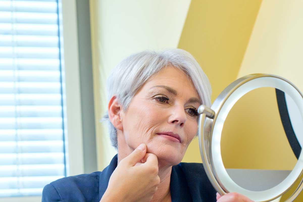 Gesicht einer älteren Frau vor Behandlung von Tränensäcken in Wien