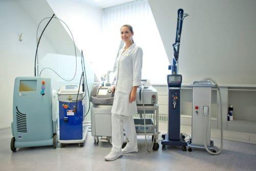 Dr. Zuzana Bauer mit den medizinischen Geräten des Aestomed Laserambulatoriums
